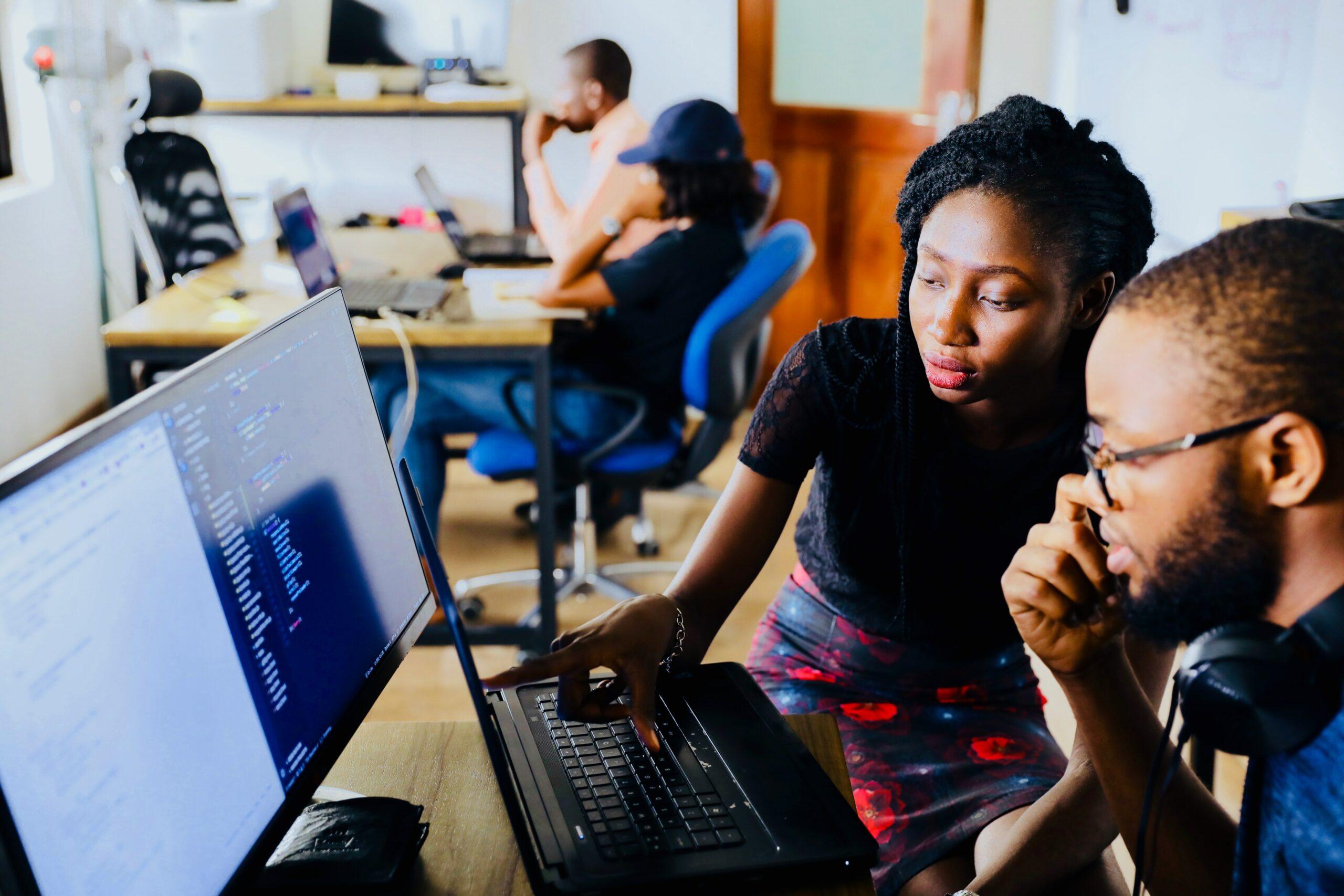 Twee studenten achter de computer