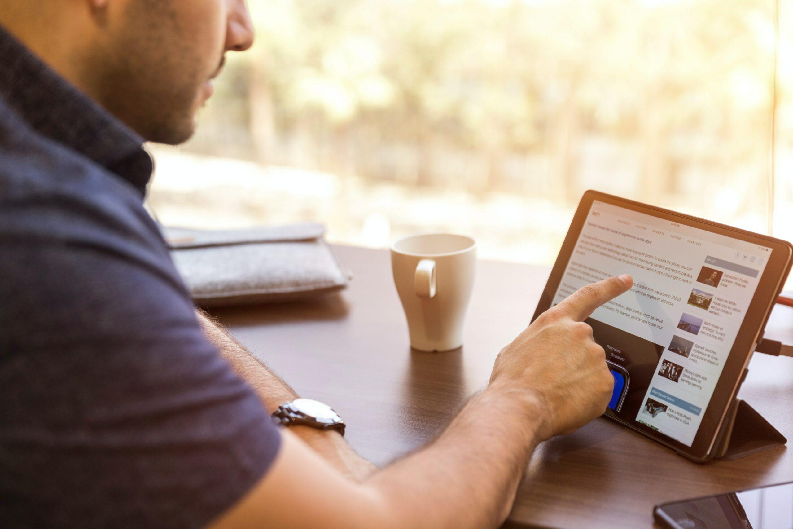Scrollen door LinkedIn op iPad