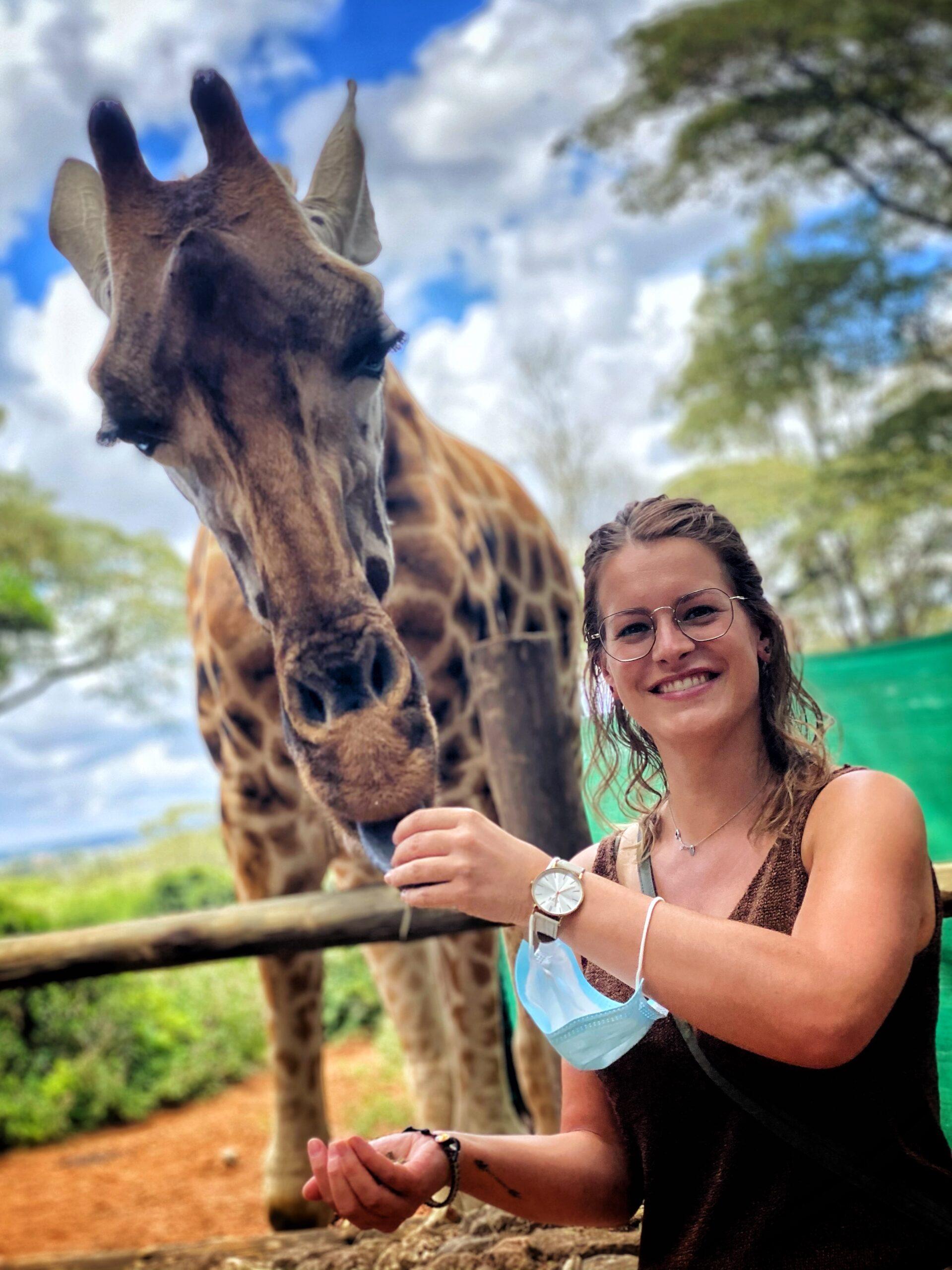 Femke met giraffe op reis